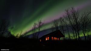 Magisk nordlys over hytta i Suotnju